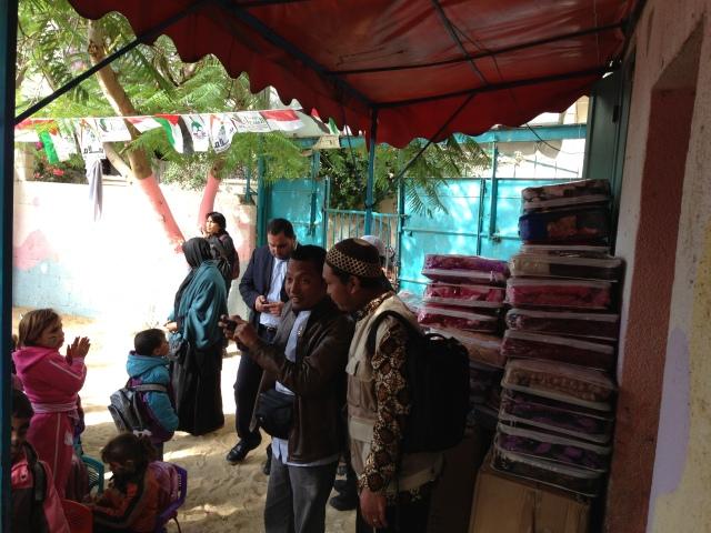 Bersama Ustadz salim A Fillahbersiap membagikan selimut untuk melawan hawa dingin 10' di Ghaza